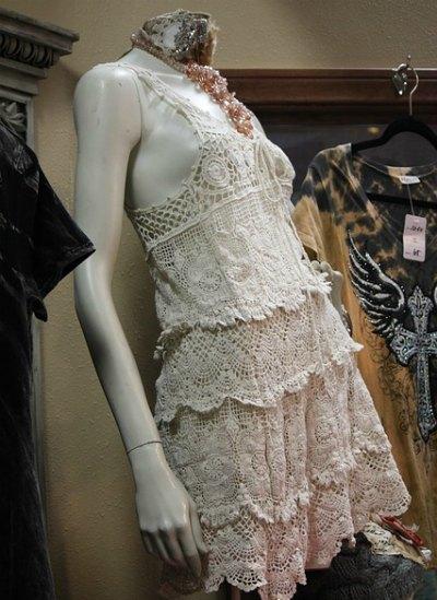 mannequin-lace-dress-style