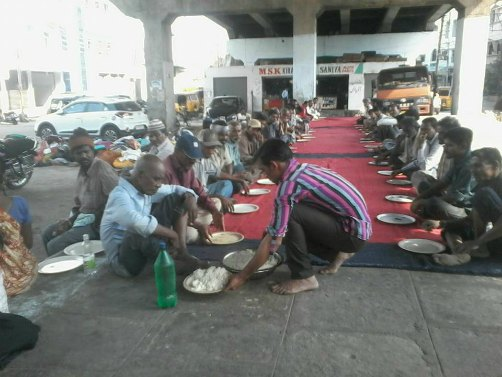 azhar-maqsusi-feeding-homeless-hyderabad